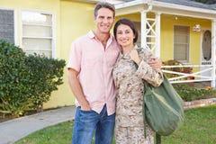 Hogar de la esposa del marido que da la bienvenida en licencia del ejército fotos de archivo