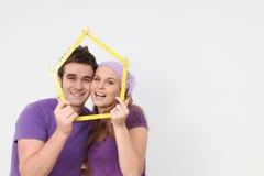 Hogar de la gente joven del concepto de las propiedades inmobiliarias nuevo fotografía de archivo libre de regalías