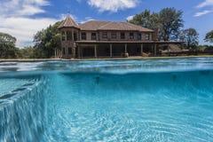 Hogar de la línea de flotación de la piscina Fotografía de archivo