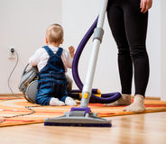 Hogar de la limpieza - madre con el bebé foto de archivo libre de regalías