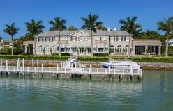 Hogar de la orilla del agua en Nápoles, la Florida Fotos de archivo