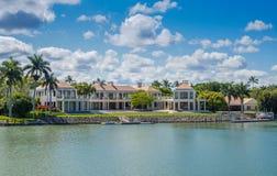 Hogar de la orilla del agua en Nápoles, la Florida Imágenes de archivo libres de regalías