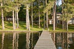 Hogar de la orilla del lago foto de archivo