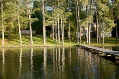 Hogar de la orilla del lago fotos de archivo libres de regalías