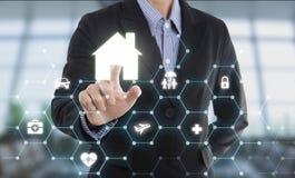 Hogar de la protección del botón del presionado a mano del agente del vendedor del negocio imagen de archivo libre de regalías