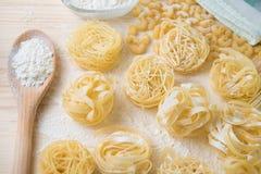 Hogar de las pastas de los tallarines hecho con la harina y los huevos Imagen de archivo