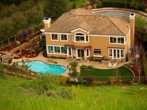 Hogar de lujo con la piscina en el patio trasero Imagen de archivo libre de regalías