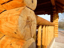 Hogar de madera detrás de un río Imágenes de archivo libres de regalías