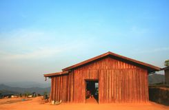 Hogar de madera en naturaleza Fotos de archivo libres de regalías