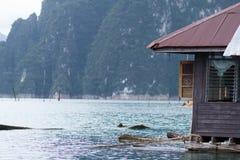 Hogar de madera flotante en el mar foto de archivo libre de regalías