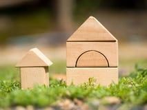 Hogar de madera grande y pequeño hogar de madera en hierba Préstamo hipotecario o concepto del hogar o de familia del edificio Ho Fotos de archivo libres de regalías