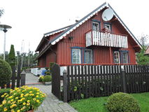 Hogar de madera rojo, Lituania imágenes de archivo libres de regalías