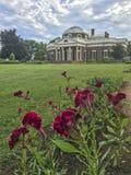 Hogar de Monticello con las flores Foto de archivo