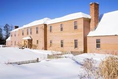 Hogar de Nueva Inglaterra en nieve Foto de archivo libre de regalías