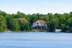 Hogar de verano en un lago Imagenes de archivo