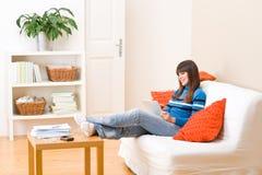 Hogar del adolescente con el ordenador de la tablilla de la pantalla táctil Imagen de archivo libre de regalías