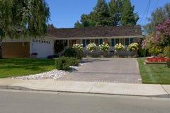 Hogar del estilo del rancho con las grandes rosas Foto de archivo libre de regalías