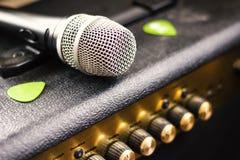 Hogar del estudio de la música del amplificador del micrófono fotografía de archivo libre de regalías