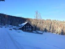 Hogar del invierno de la nieve en las montañas fotos de archivo libres de regalías
