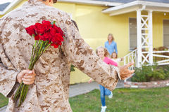 Hogar del marido de la familia que da la bienvenida en licencia del ejército Imágenes de archivo libres de regalías