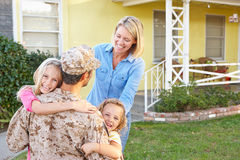 Hogar del marido de la familia que da la bienvenida en licencia del ejército Imagen de archivo