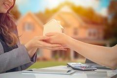 Hogar del presente del representante de venta de casas buen para la venta imagenes de archivo