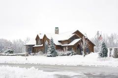 Hogar del registro en la nieve Fotos de archivo libres de regalías