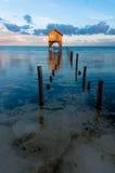 Hogar en el océano en el ámbar gris Caye fotos de archivo libres de regalías