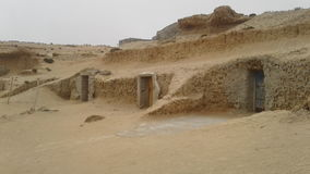 Hogar en la cueva Marruecos de la playa de la roca Imagen de archivo libre de regalías