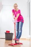Hogar femenino de la limpieza de la mujer Fotografía de archivo libre de regalías