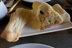 Hogar georgiano del pan cortado en la placa fotografía de archivo