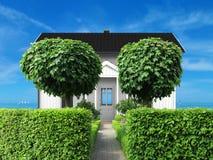 Hogar holidy blanco con el frontyard y vista al mar Imagen de archivo libre de regalías