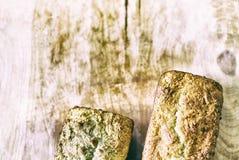 Hogar-hornada de las tortas en el tablero de madera Imagen de archivo libre de regalías