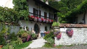 Hogar italiano con las flores imagenes de archivo