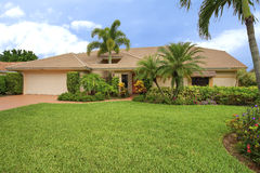 Hogar limpio del estilo del rancho de la Florida con el agujero del tejado para acomodar la palmera Imagen de archivo