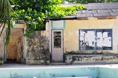 Hogar maldivo típico con una pared pintada amarilla fotografía de archivo libre de regalías