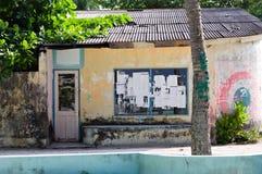 Hogar maldivo típico con una pared pintada amarilla imagen de archivo libre de regalías