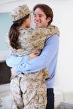 Hogar militar de saludo de la esposa del marido en licencia imagenes de archivo