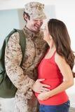 Hogar militar de saludo de la madre de la esposa embarazada en licencia imágenes de archivo libres de regalías