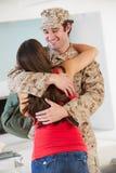 Hogar militar de saludo del marido de la esposa en licencia imagen de archivo libre de regalías