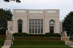Hogar moderno con el jardín - vista delantera Imagen de archivo