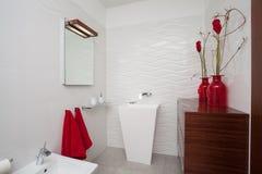 Hogar nublado - cuarto de baño fotografía de archivo