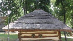 Hogar rumano - pequeña casa de madera almacen de metraje de vídeo