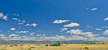 Hogar rural en una pradera en el lado oriental de Rocky Mountains en Colorado imagen de archivo