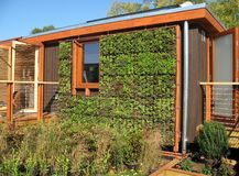 Hogar solar verde Fotos de archivo libres de regalías