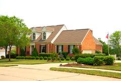 hogar suburbano del ladrillo de 2 historias Imagenes de archivo
