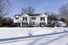 Hogar suburbano en invierno Imagen de archivo libre de regalías