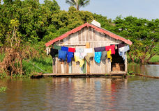 Hogar típico de la selva del Amazonas imagen de archivo