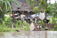 Hogar típico del Amazonas con los habitantes (Amazonia) imagen de archivo