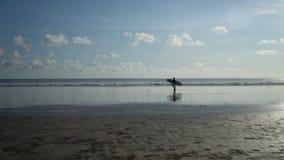 Hogar trasero de la persona que practica surf en la playa de Kuta, Bali-Indonesia imagenes de archivo